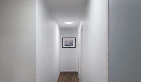 Conduit de lumière naturelle installé dans un couloir